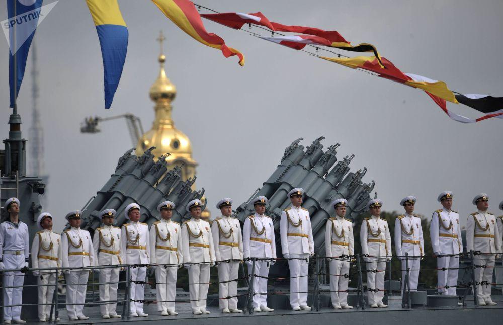 أثناء مراسم  الاحتفال بيوم القوات البحرية الروسية في سان بطرسبورغ روسيا