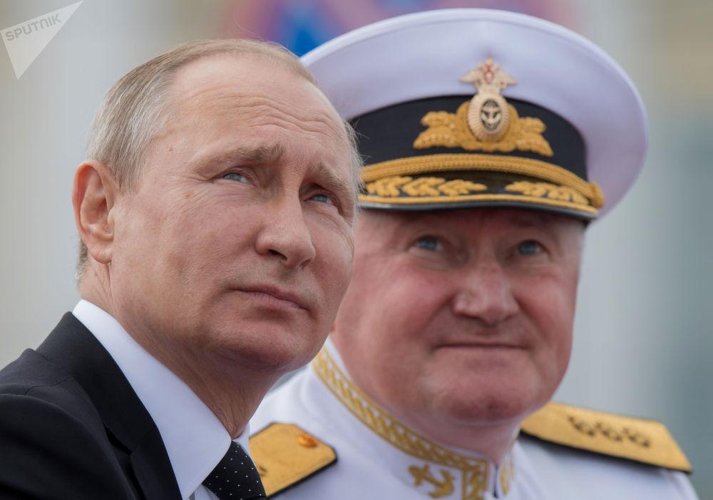الرئيس الروسي والقائد الأعلى لقوات روسيا الاتحادية فلاديمير بوتين يشارك في مراسم الاحتفال بيوم البحرية الروسي في مدينة سان بطرسبورغ، روسيا