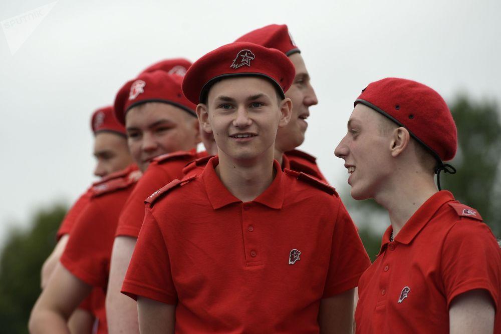 المشاركون في الحركة الاجتماعية العسكرية الوطنية يونارميا (الجيش اليافع) قبل بدء العرض البحري على شرف القوات البحرية الروسية في مدينة سان بطرسبورغ