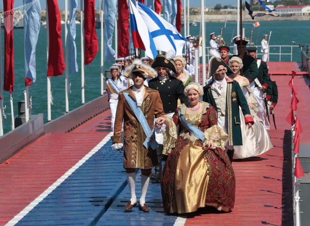 المشاركون في الاحتفالات بيوم البرحية الروسية في سيفاستوبل، القرم