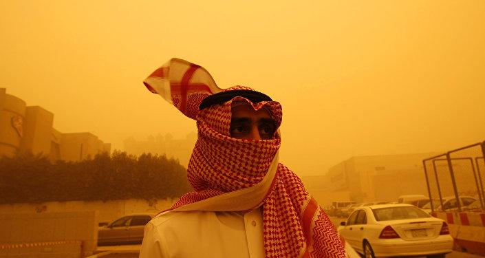 مواطن من السعودية خلال العاصفة الرملية