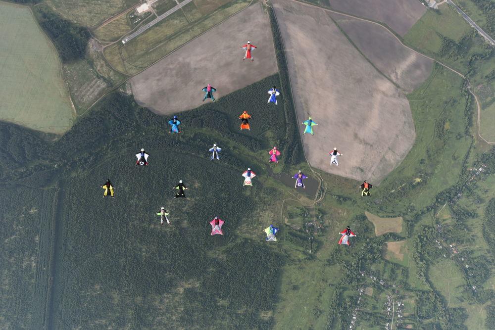 الرياضيات الروسيات يسجلن رقما قياسيا في فئة الطيران بالزي المجنح في العالم