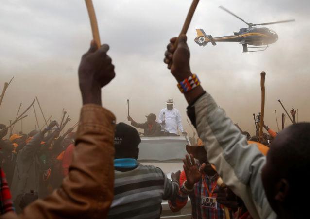 زعيم المعارضة الكينية رايلا أودينغا، المرشح للرئاسة كينيا، من حزب التحالف الوطني، محاط بأنصار جماعة ماساي، لدى وصوله لمركز صناديق الاقتراع فى سوسوا، بكينيا 2 أغسطس/ آب 2017.