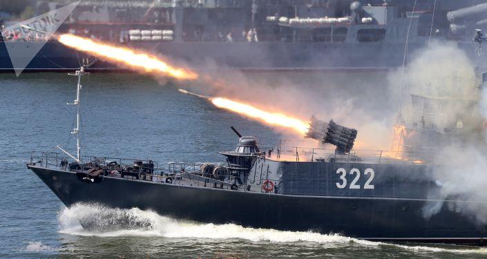 منظومة РБУ 6000 لسفينة مضادة للغواصات التابعة لأسطول بحر البلطيق قبردينو بلقاريا خلال العرض العسكري البحري بمناسبة يوم البحرية الروسية في بالتييسك، روسيا