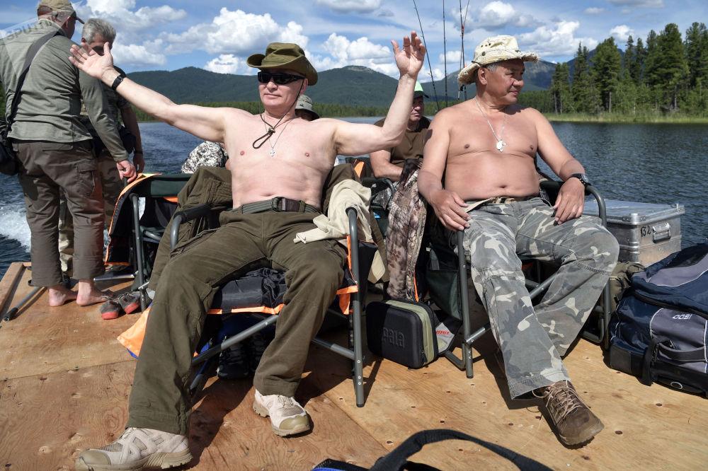 الرئيس فلاديمير بوتين ووزير الدفاع سيرغي شويغو يصطادان السمك في نهر جبلي في جمهورية تيفا، روسيا (1-3) أغسطس/ آب)
