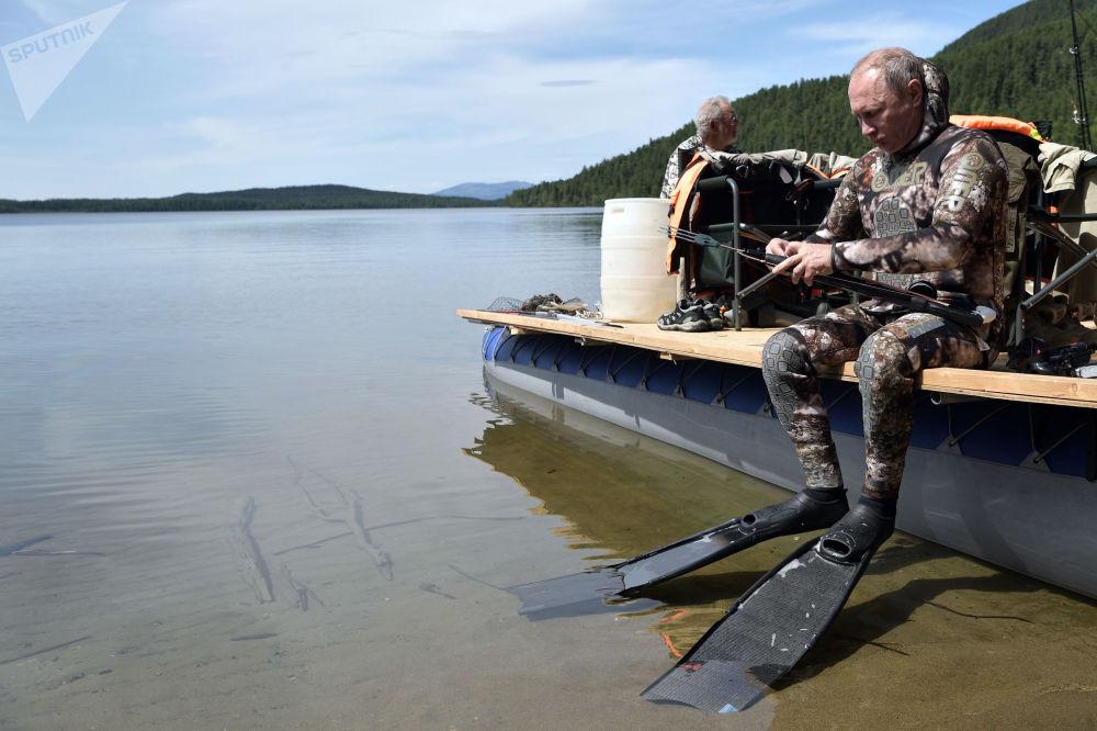 الرئيس فلاديمير بوتين خلال الاستعداد للصيد تحت مياه النهر في جمهورية تيفا، روسيا (1-3) أغسطس/ آب)