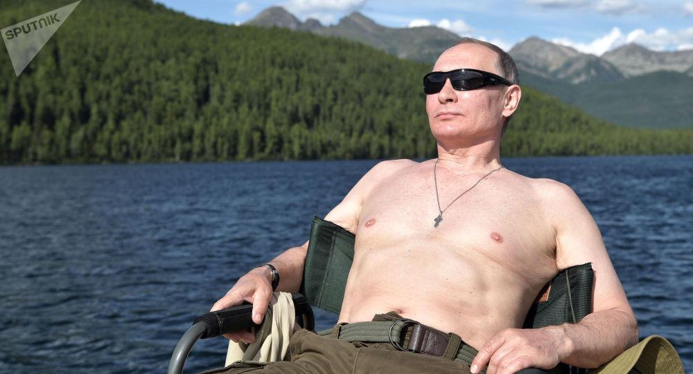 الرئيس فلاديمير بوتين يتشمس على نهر جبلي في جمهورية تيفا، روسيا (1-3) أغسطس/ آب)