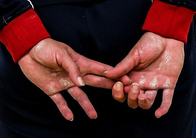 جائزة أندريه ستينين للتصوير الصحفي المحترف - صورة بعنوان على أطراف الأصابع للمصور أليكسي فيليبوف، روسيا (المرتبة الأولى في فئة رياضة)