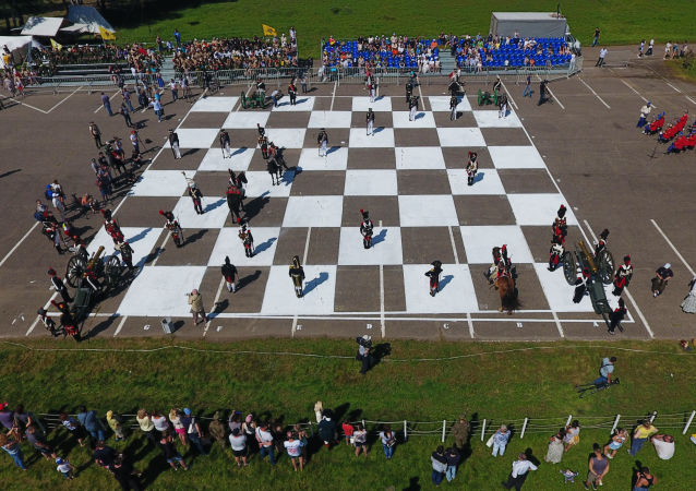 المشاركون في البطولة الفرنسية الروسية الشطرنج الحي على أراضي المتحف العسكري التاريخيبورودينو، روسيا