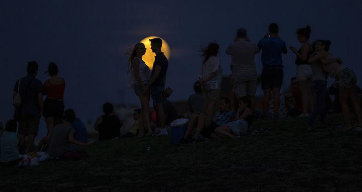 القمر الدموي ويظهر جزئيا في مدريد، إسبانيا