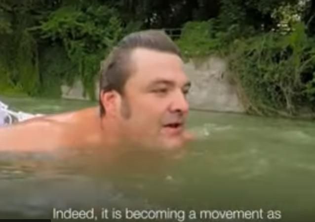 ألماني يلجأ الى السباحة لتجنب الإزدحام المروري