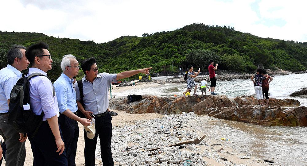 تنظيف شاطئ هونغ كونغ من التلوث