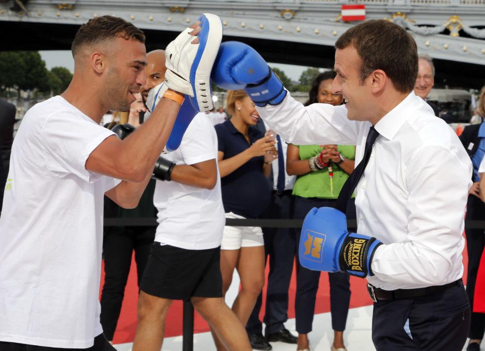 الرئيس الفرنسي إيمانويل ماكرون يمارس الملاكمة في باريس