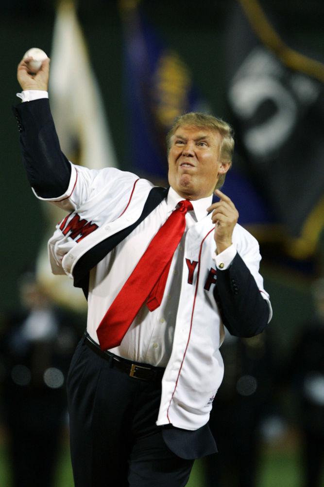 الرئيس الأمريكي دونالد ترامب يرمي كرة البيسبول