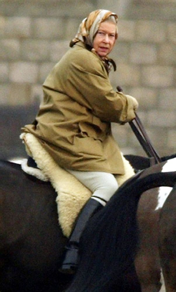 ملكة بريطانيا إليزابيث الثانية تركب الخيل