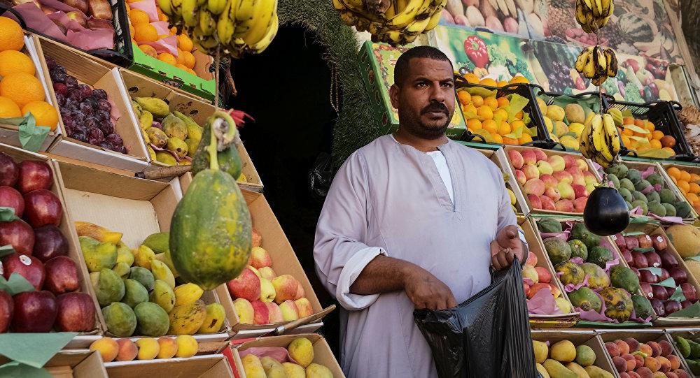 بائع فاكهة في مصر