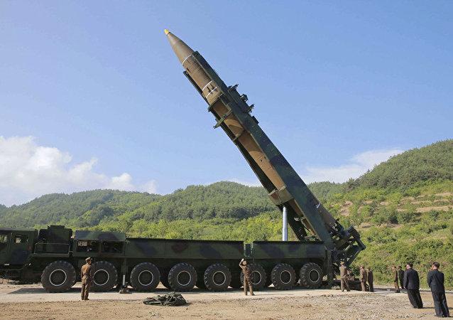 الزعيم الكوري الشمالي كيم جونغ أون يتفقد صواريخ هفاستون - 14 قبل الاختبارات