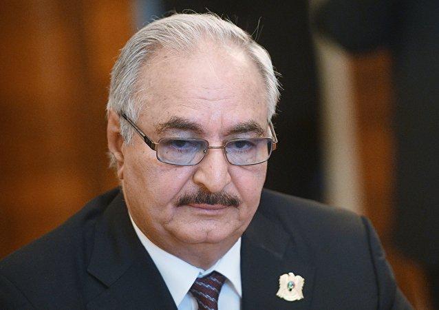 قائد الجيش الوطني الليبي، المشير خليفة حفتر خلال لقائه سيرغي لافروف في موسكو، 14 أغسطس/آب 2017
