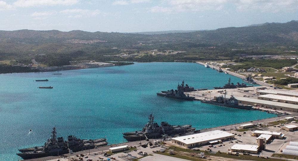 السفن الحربية في ميناء القاعدة البحرية الأمريكية على جزيرة غوام