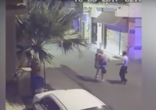 شرطي يضرب سائحة