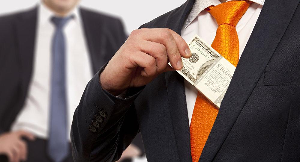 رجل أعمال يضع المال في جيبه