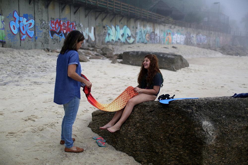 حوريات البحر يتدربون على الشاطئ في مدينة ريو دي جانيرو، البرازيل