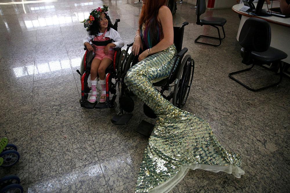 حورية البحر تزور طفلة مريضة في مستشفى ريو دي جانيرو، البرازيل
