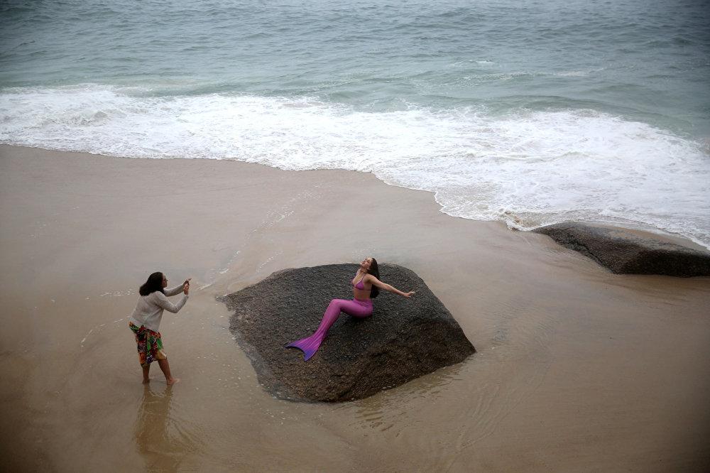 حلقة تصوير وقت تدريب حوريات البحر على شاطئ ريو دي جانيرو، البرازيل