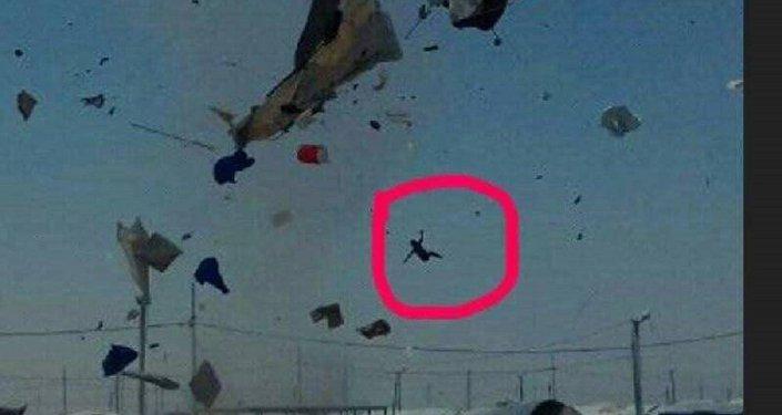 تطاير طفل سوري في الهواء بسبب عاصفة