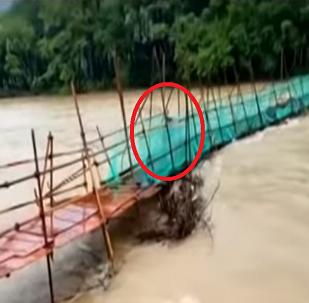 لحظة عبور امرأة جسر ينهار