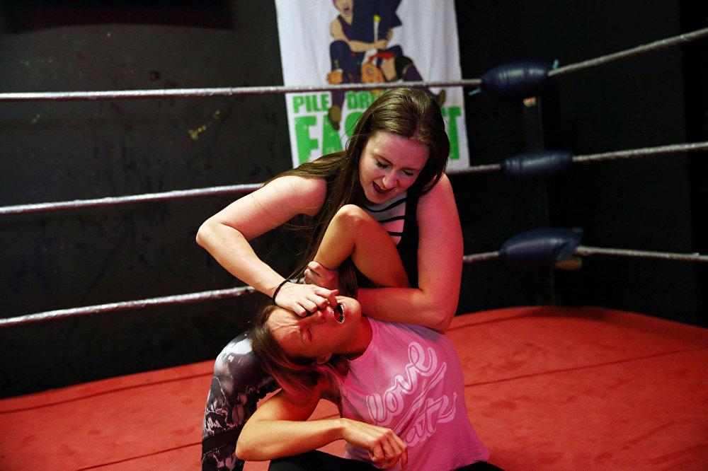 المصارعات يتدربن قبل بدء العرض في لندن