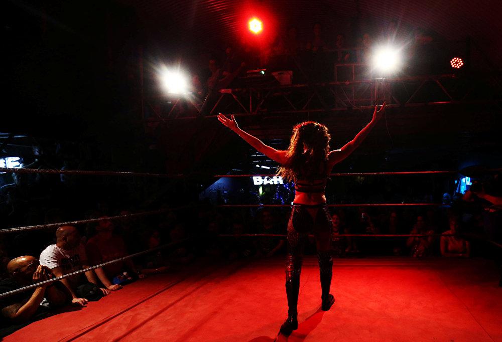 خلال عرض المصارعة النسائية في لندن