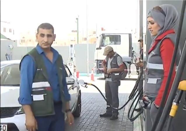 فتيات يعملن في محطة وقود السيارات في الأردن