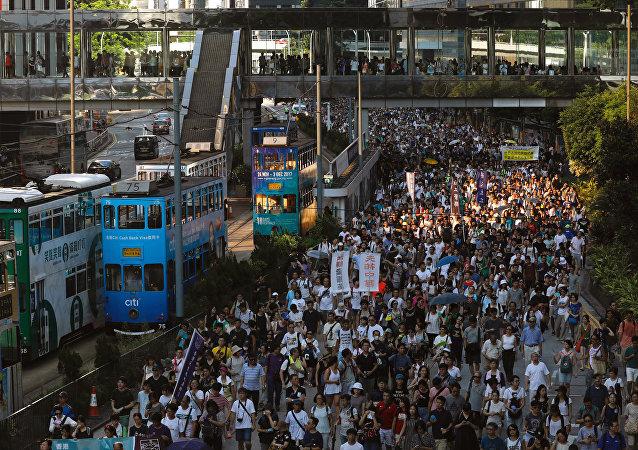 عشرات الآلاف يتظاهرون في هونج كونج