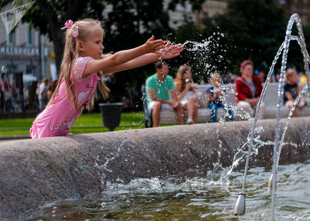 طفل بالقرب من النافورة خلال مهرجان الثقافة المدنية شوارع حية في سانت بطرسبرغ