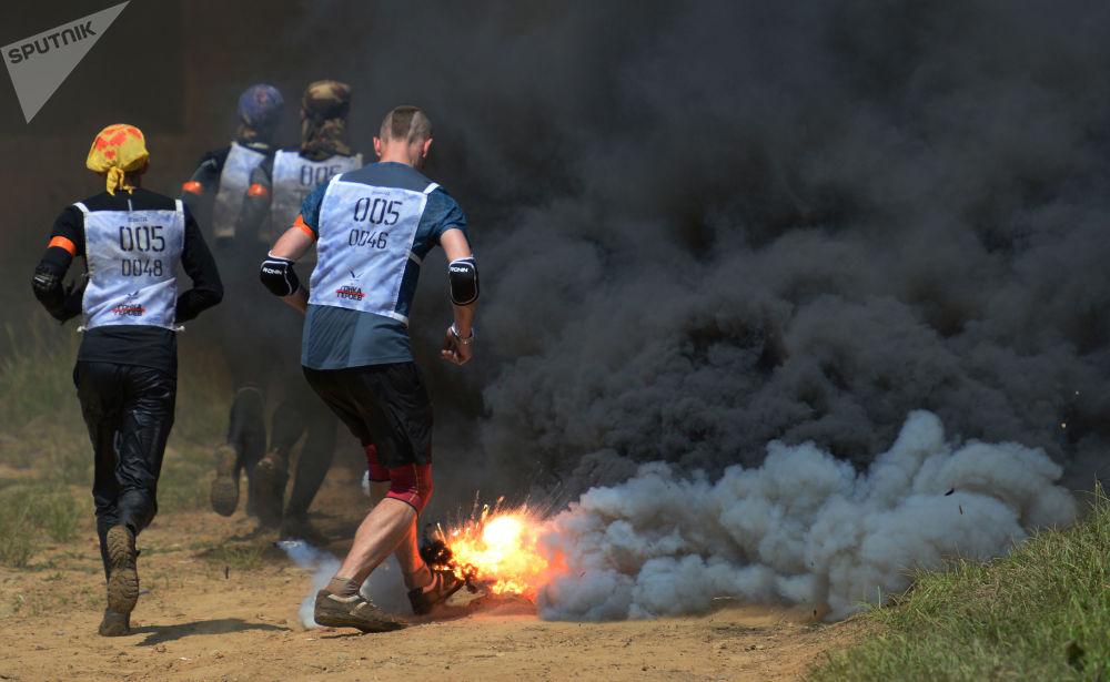 المشاركون في سباق الأبطال في حقل غورنوستاي في مدينة فلاديفوستوك الروسية