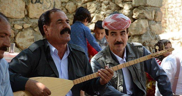 رجل إيزيدي يمارس الغناء