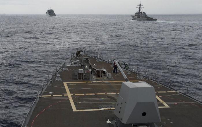 مدمرة أمريكية تبحر في بحر الصين الجنوبي المتنازع عليه
