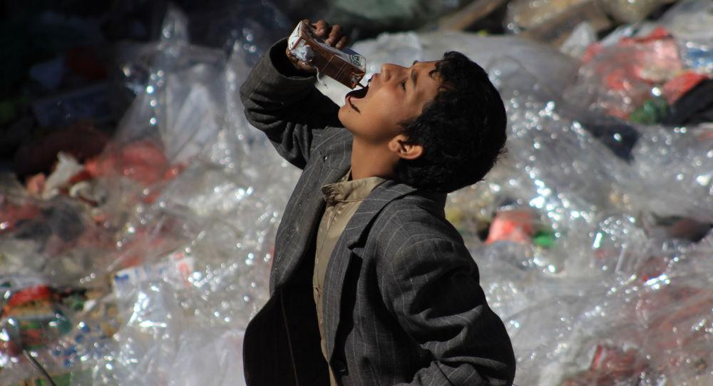 طفل يمني يأكل من بقايا القمامة في صنعاء، اليمن
