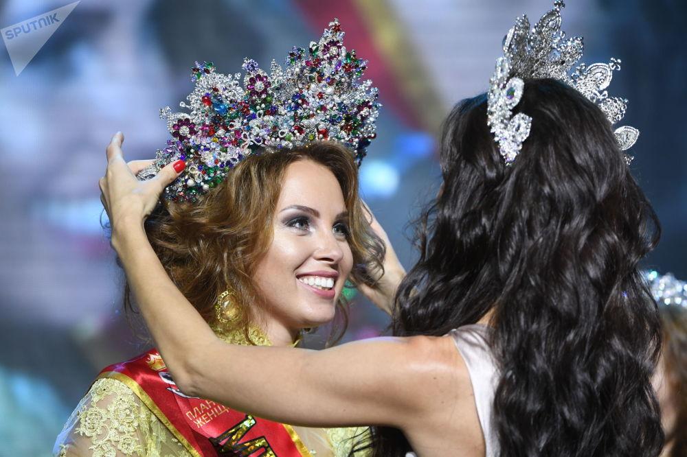 بولينا ديبروفا الفائزة بلقب مكلة جمال روسيا لعام 2017 في موسكو
