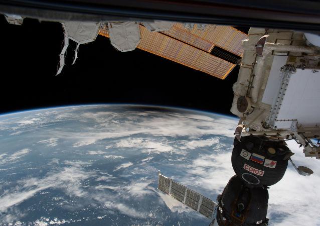 مشهد يطل على كسوف الشمس في الولايات المتحدة من المحطة الفضائية الدولية