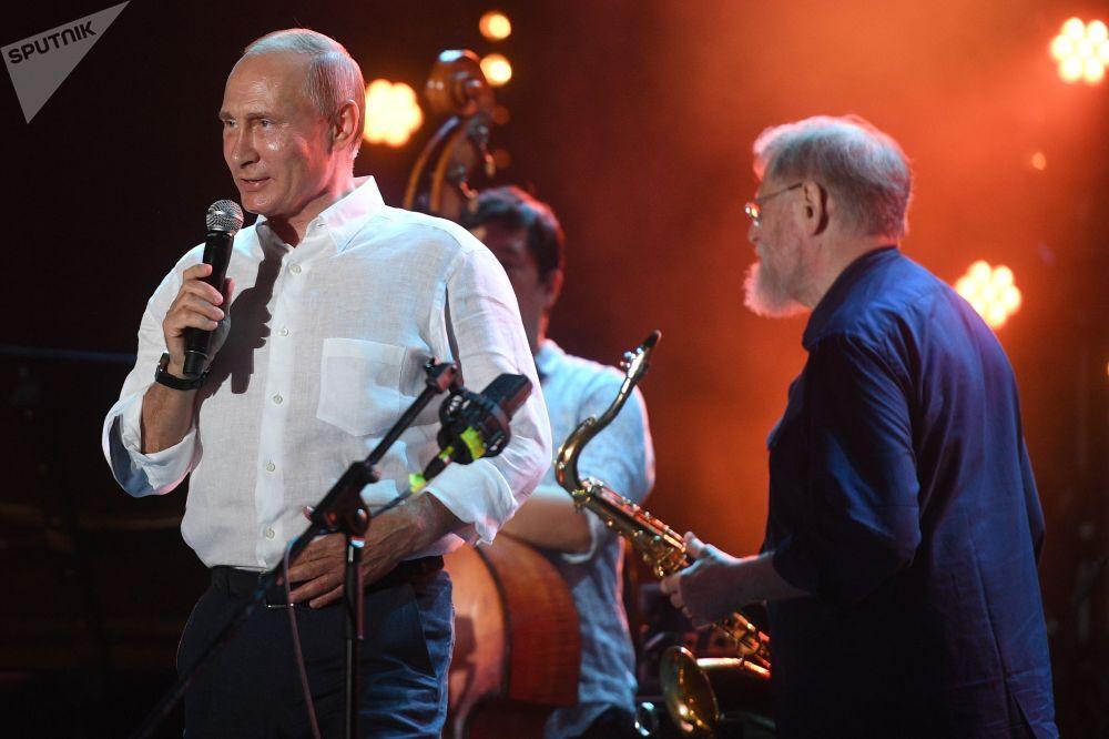 الرئيس فلاديمير بوتين خلال زيارته لمهرجان كوكتيبيل جاز بارتي 2017 لموسيقى الجاز