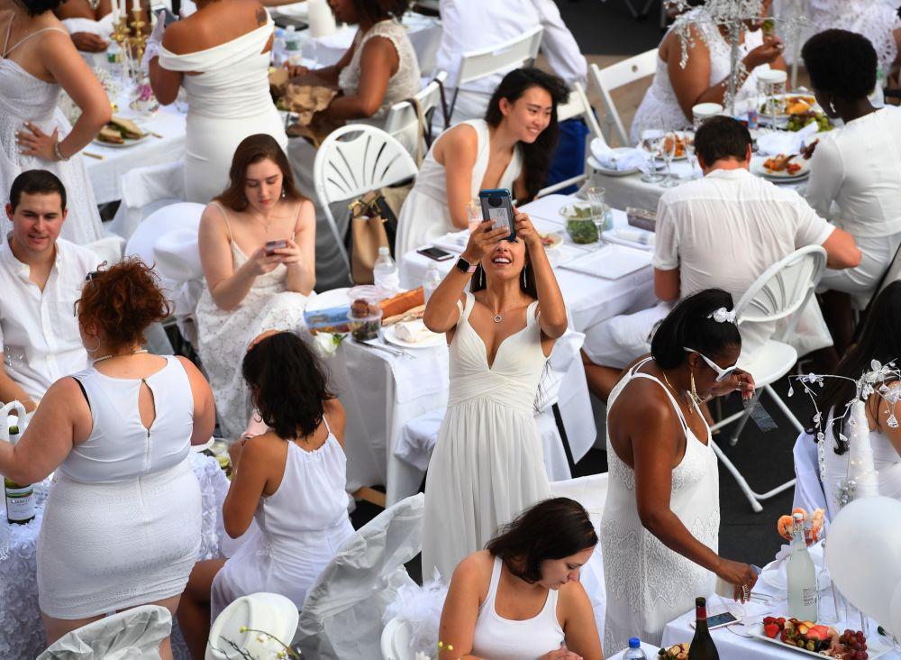فعالية وجبة الغذاء في لباس أبيض في مدينة نيويورك، الولايات المتحدة 22 أغسطس/ آب 2017
