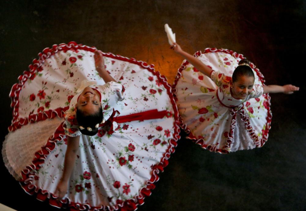 فتيات متحولات جنسيا ترقصن في أزياء تقليدية في تشيلي، 19 أغسطس/ آب 2017
