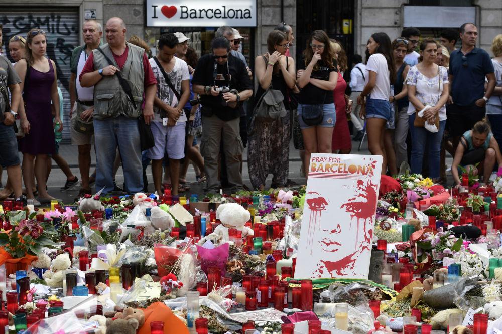 أحداث برشلونة... مواطنون وسياح يضعون أكاليل الزهور والشموع في مكان عملية الدهس الإرهابية، 20 أغسطس/ آب 2017