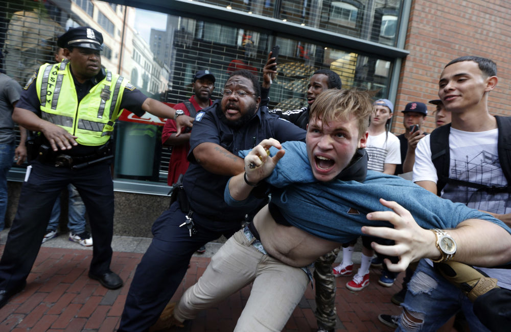 الشرطة الأمريكية تفريق المظاهرات في بوسطنن بعد مسيرة حرية التعبير، 19 أغسطس/ آب 2017