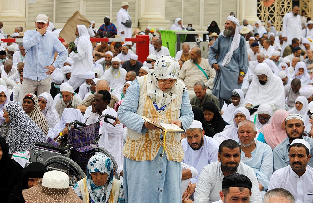 الحجاج يؤدون صلاة الجمعة في مكة قبل بدء المناسك