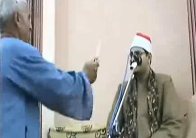 مصري يشهر مطواة بوجه قارئ قرآن
