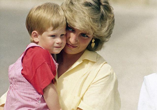 الأميرة ديانا تحمل ابنها هاري بين ذراعيها في إسبانيا، عام 1987