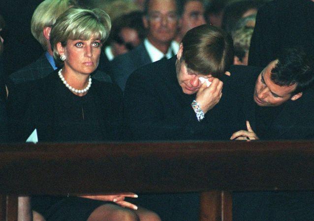 الأميرة ديانا والمطرب الشهير سير إلتون جون في جنازة المصمم الإيطالي الشهير جياني فيرساتشي في ميلانو، إيطاليا 22 يوليو/ تموز 1997